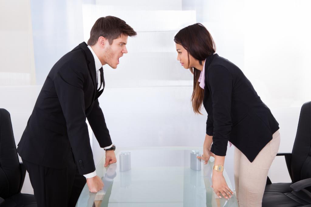 Dwoje pracowników dyskutuje nadsłusznością procedury sprzed kilkunastu lat - warto ją zaktualizować idostosować doobecnych warunków.