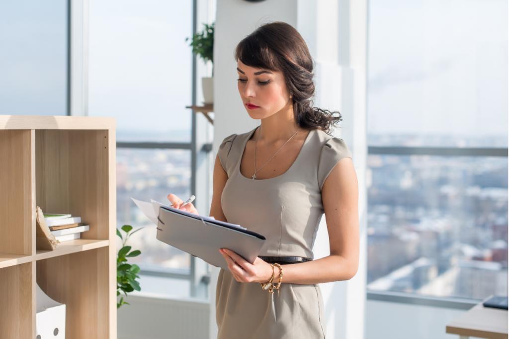 Organizacja pracy tozmiana, kobieta pracująca wbiurze wypisuje swoją skalę wartości, zasad, przekonań. Wten sposób będzie mogła przemodelować swój sposób pracy.